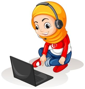 Chica musulmana con portátil sobre fondo blanco.