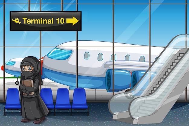 Chica musulmana en la terminal del aeropuerto