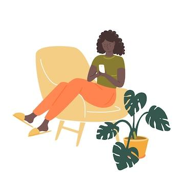 Chica negra sentada en una silla cómoda con un teléfono inteligente ilustración de habitación acogedora con monstera en maceta