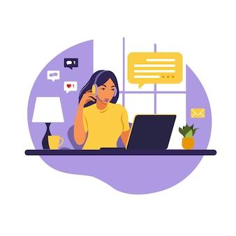 Chica operadora con computadora, auriculares y micrófono. subcontratar, asesorar, trabajar en línea, eliminar trabajo. centro de llamadas.