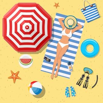 Chica en la playa con bikini. hora de verano.
