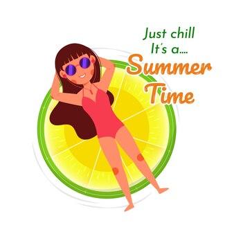 Chica de playa de verano relajante anillo de limón