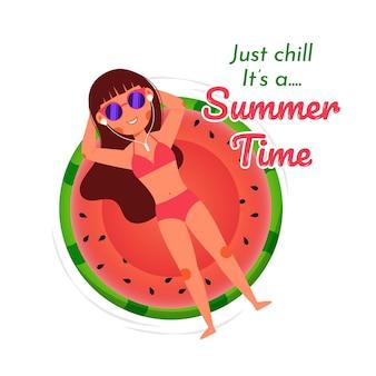 Chica de playa de verano relajante anillo de sandía