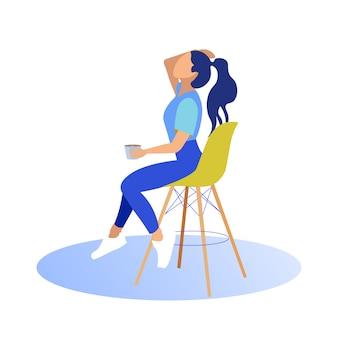 Chica se sienta en la silla alta con taza. alisa el cabello