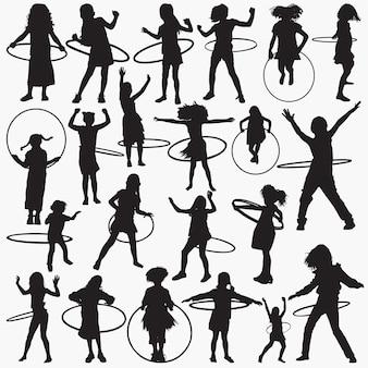 Chica de siluetas con juego de aro de hula