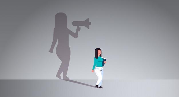 Chica soñando con ser gerente o jefe gritando en megáfono
