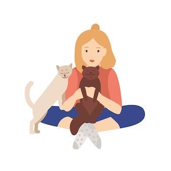 Chica sosteniendo, abrazando y acariciando a sus gatos. mujer joven sentada con las piernas cruzadas y jugando con animales domésticos. dueño de mascota aislado sobre fondo blanco. ilustración de vector de dibujos animados planos coloridos.