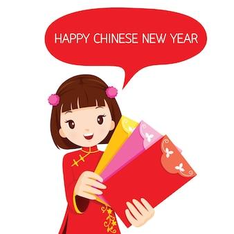 Chica sosteniendo sobres, celebración tradicional, china, feliz año nuevo chino