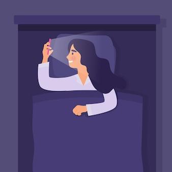 Chica del sueño en la noche con teléfono inteligente, chica con adicción al teléfono con las redes sociales