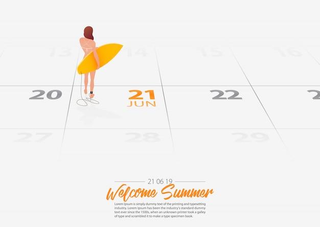 Chica con tabla de surf marcada fecha comienzo de la temporada de verano en el calendario 21 de junio de 2019.