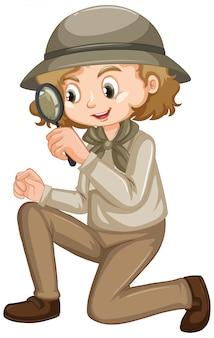 Chica en traje de safari en blanco