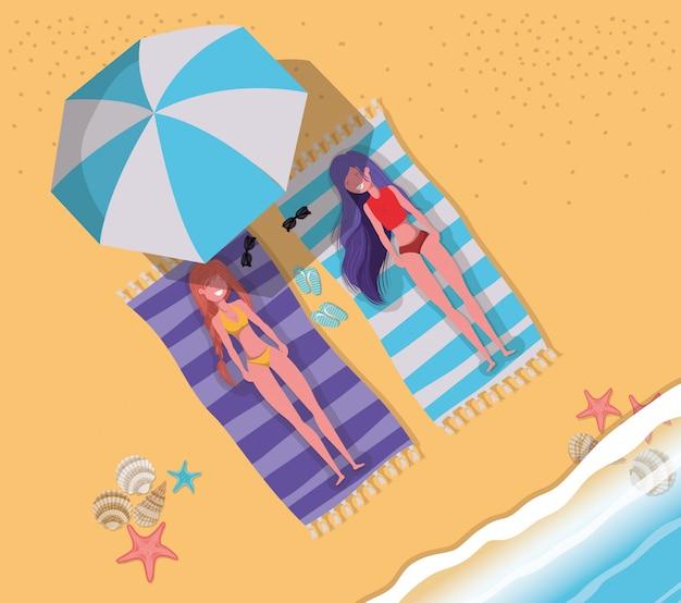 Chicas bronceadas con traje de baño.