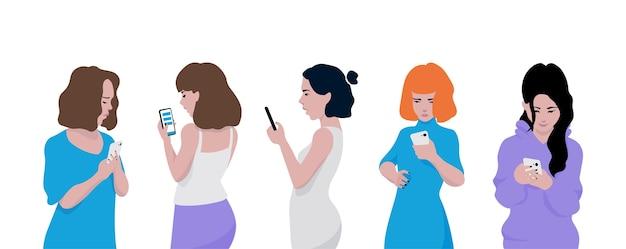 Las chicas jóvenes usan teléfonos. chatear y enviar mensajes de texto en teléfonos inteligentes.