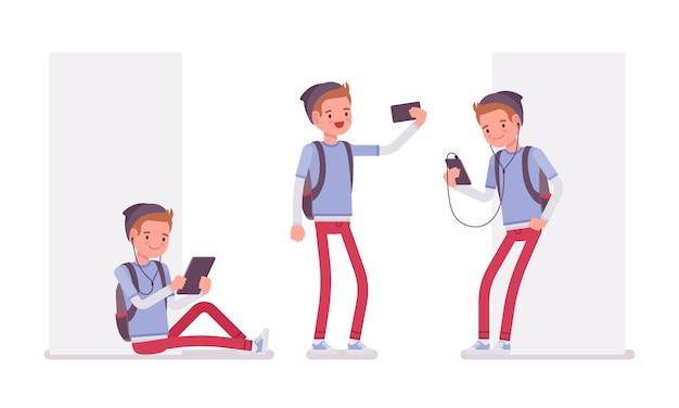 Chico adolescente usando diferentes gadgets