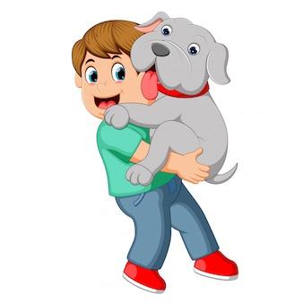 Chico cargando a su perro