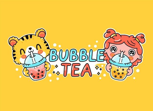 Chico y chica divertidos lindos beben té de burbujas de la taza. vector dibujado a mano dibujos animados kawaii personaje ilustración pegatina logo icono. boba asiático, concepto de cartel de logotipo de personaje de dibujos animados de bebida de té de burbujas