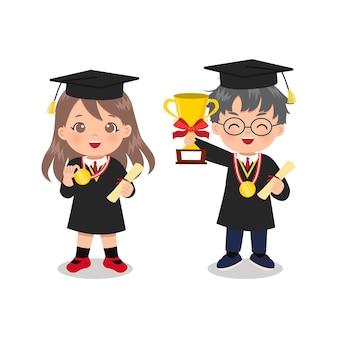 Chico y chica lindos en toga de graduación sosteniendo un trofeo y una medalla de oro.