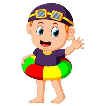 Chico divertido con colorido anillo inflable