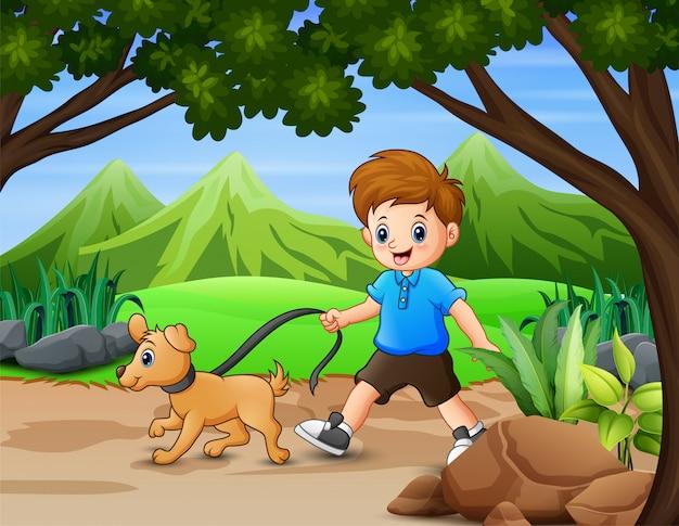 Chico divertido con su mascota caminando en el parque