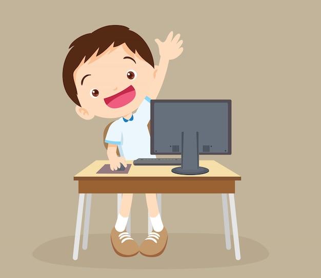 Chico estudiante aprendiendo computadora mano arriba