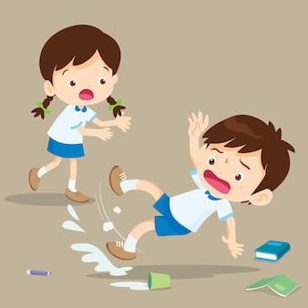 Chico estudiante cayendo sobre piso mojado