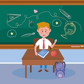 Chico estudiante en el escritorio con fruta de manzana y mochila.