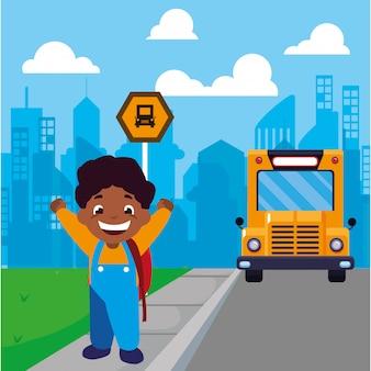 Chico estudiante en la parada de autobús con la ciudad de fondo