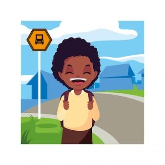 Chico estudiante en la parada de autobús con ciudad