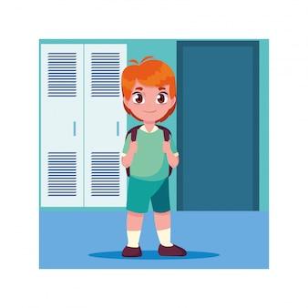 Chico estudiante en el pasillo de la escuela con taquillas, regreso a la escuela