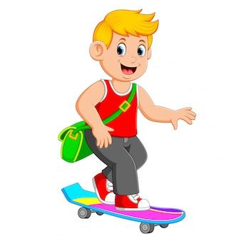El chico fresco está usando la bolsa verde y jugando al skateboard.