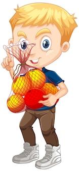 Chico lindo con cabello rubio sosteniendo frutas en posición de pie