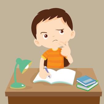 Chico lindo escribiendo y pensando.