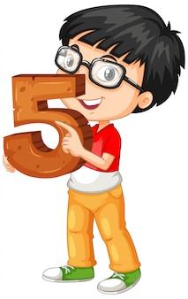 Chico nerd con gafas sosteniendo matemáticas número cinco