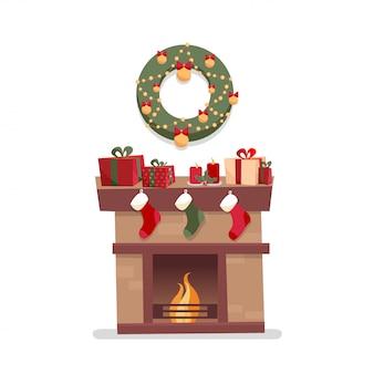 Chimenea navideña con decoraciones, cajas de regalo, candelas, calcetines y corona.