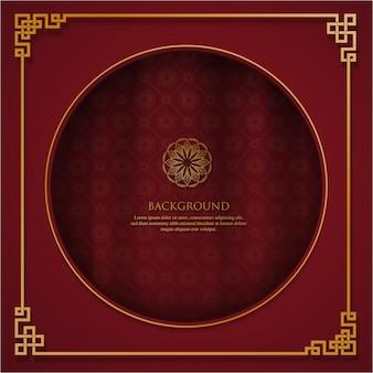 Chino tradicional con adornos de oro y lugar para el texto sobre fondo rojo.