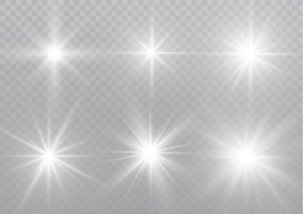 Las chispas blancas brillan con un efecto de luz especial. destellos sobre fondo transparente. brillantes partículas de polvo mágico.