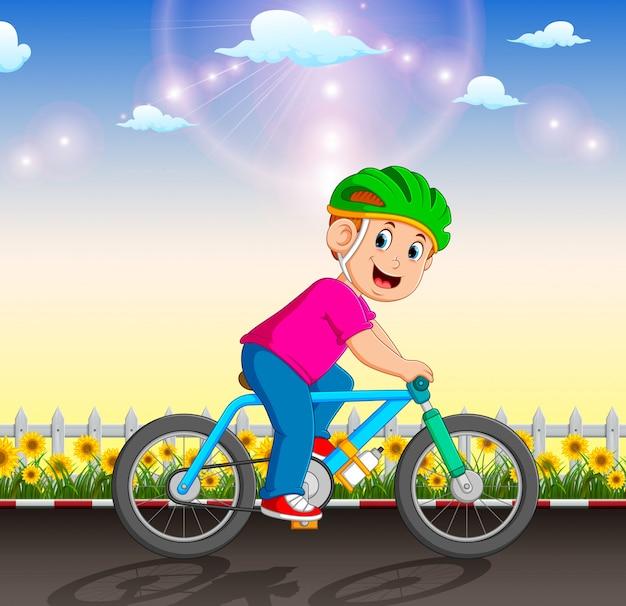 El ciclista profesional está montando la bicicleta en el jardín.