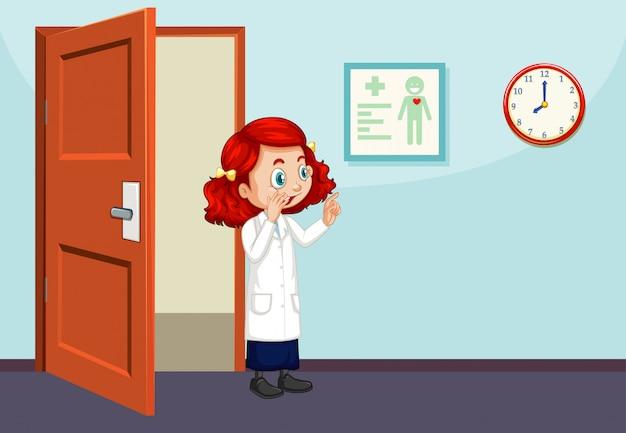 Científico caminando en el aula