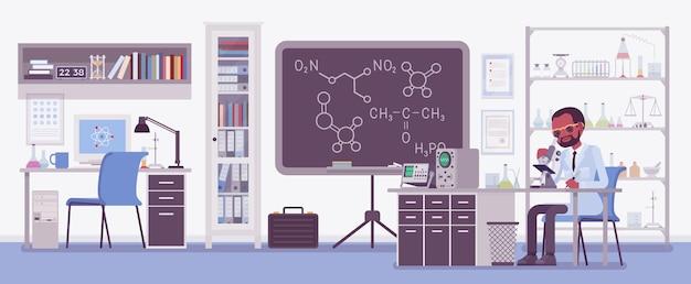 Científico masculino que trabaja en laboratorio