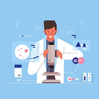 Científico trabajando con microscopio
