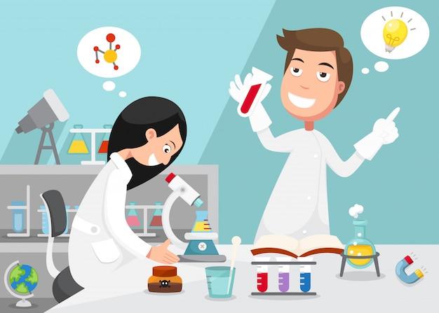 Científicos haciendo experimento rodeados de equipo de laboratorio.