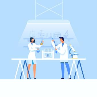 Científicos de hombre y mujer que desarrollan nuevos medicamentos