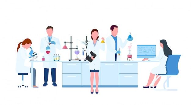 . científicos que usan batas de laboratorio