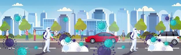 Científicos en trajes de materiales peligrosos que limpian y desinfectan las células de coronavirus epidemia virus mers-cov wuhan 2019-ncov pandemia riesgo de salud ciudad moderna calle paisaje urbano