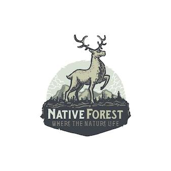 Ciervos dibujados a mano vintage en ilustración de insignia de bosque
