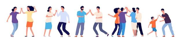 Cinco altos. amigos y colegas alegres que chocan los cinco. saludo informal de gente feliz, alegría de expresión en caracteres de vector de acuerdo. choca esos cinco amistad, alegre ilustración de saludos felices
