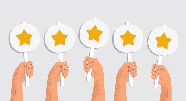 Cinco manos sosteniendo mesas con las estrellas. calificación de cliente de cinco estrellas o concepto de retroalimentación. aislado sobre fondo gris