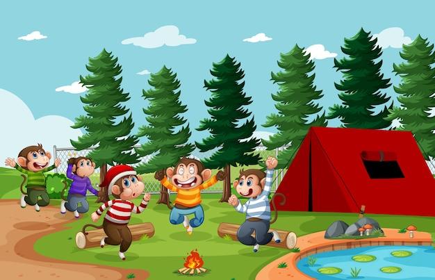 Cinco monitos saltando en la escena del parque.