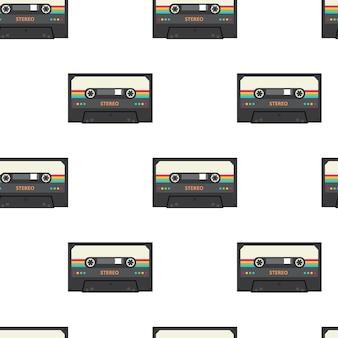 Cinta de cassette estéreo vintage de patrones sin fisuras - dispositivos de grabación de audio y música retro aislados sobre fondo blanco.