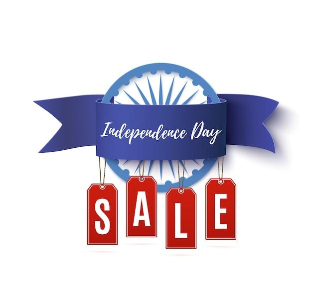 Cinta de venta del día de la independencia de la india con etiquetas de precios aisladas sobre fondo blanco.